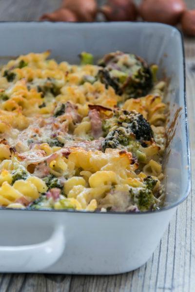 Pasta-Käse-Gratin mit Schinken und Brokkoli