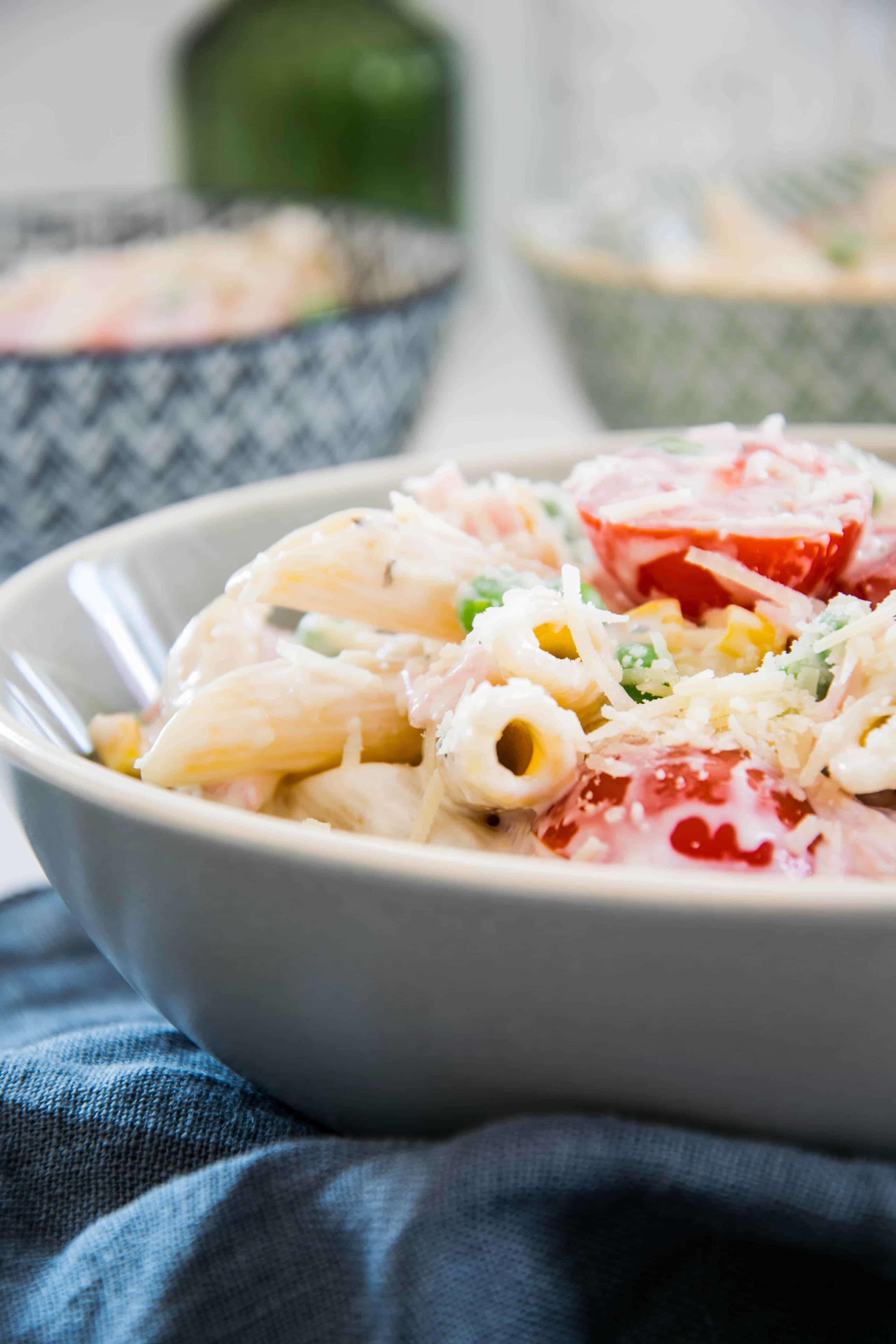 Nudelsalat mit Mais und Erbsen