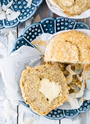 Bananen-Kokos-Muffins mit weißem Schokoladenkern, weiche XL-Muffins mit geschmolzener Schokolade in der Mitte, einfaches Rezept