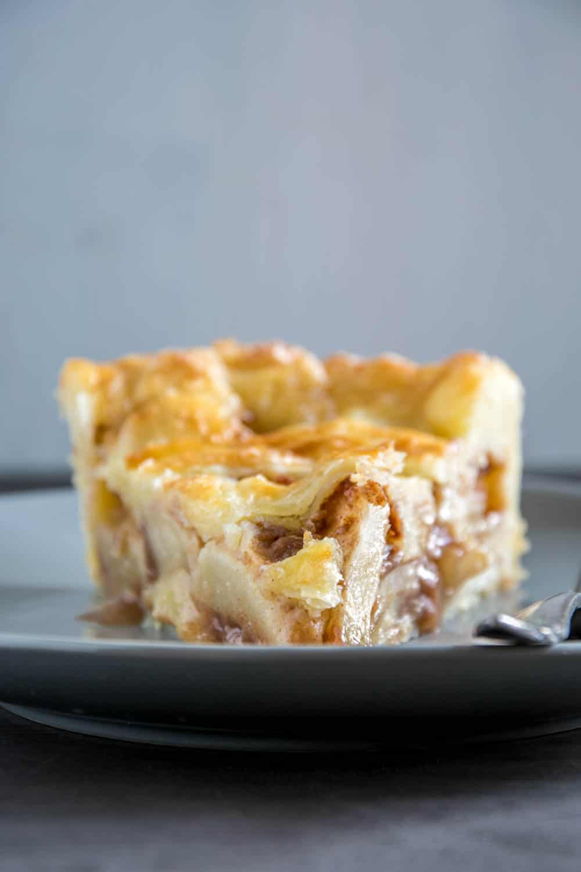 American Apple Pie mit Zimt und typischer, knuspriger Piecrust