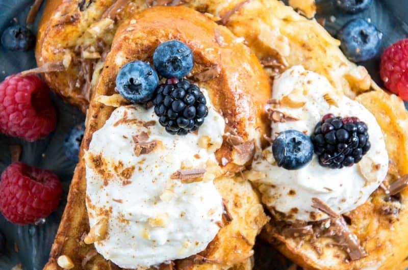 French Toast aus Brioche mit Vanille-Zimt-Ricotta, Beeren, Walnüssen, Honig und Nougatcreme