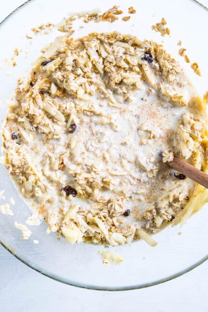 Zubereitung Baked Apfel Zimt Oatmeal: alle Zutaten in einer großen Schüssel verrührt
