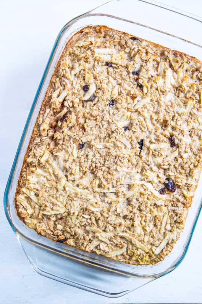 Baked Apfel Zimt Oatmeal mit Sahnejoghurt-Creme, Honig und gerösteten Nüssen