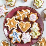 Honiglebkuchen mit Zuckerglasur und Streuseln
