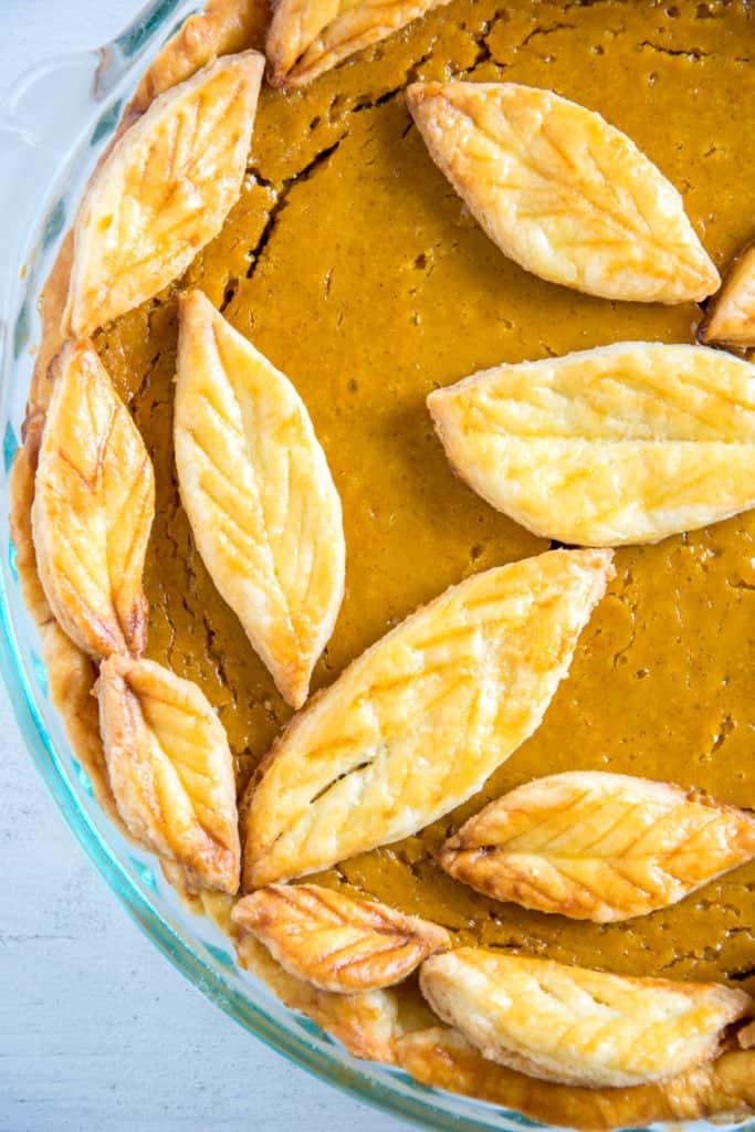 Pumpkin Pie mit Herbstblätter-Deko, top-down
