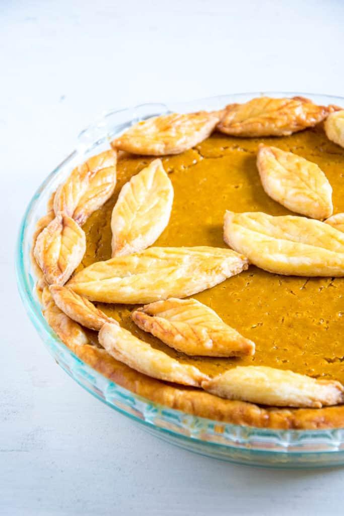 Pumpkin Pie mit Herbstblätter-Deko