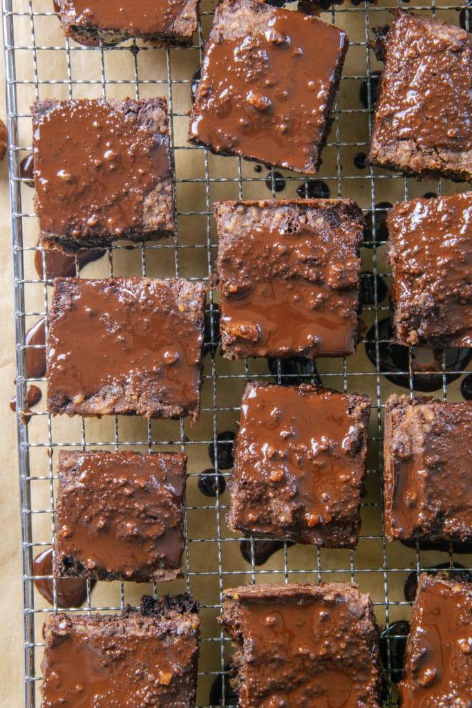 Gesünderes Schokoladenbrot auf einem Pralinengitter zum Trocknen aufgelegt. Nahaufnahme von oben.