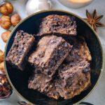 Zuckerfreies Schokoladenbrot in einer goldenen Schüssel von oben fotografiert, sodass die saftige Konsistenz und intensive Kakaofarbe schön sichtbar sind.