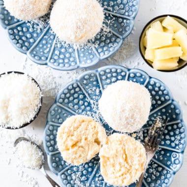 Saftige Schneebälle aus Biskuitteig mit Topfen, Schlagobers, Kokos, Ananas, Rum, Eierlikör und Vanille