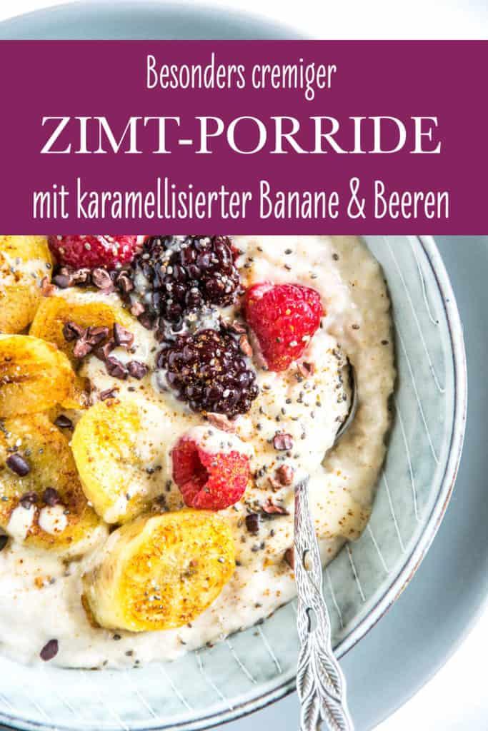 Zimt-Porridge mit karamellisierter Banane, Beeren, Kakaonibs, Haselnüssen und Chiasamen