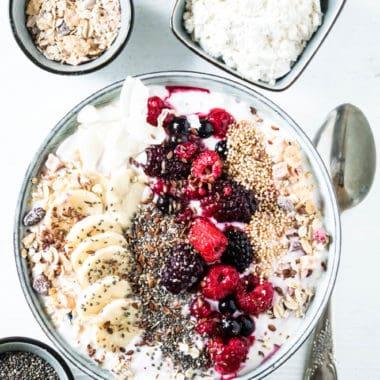 Beeren-Müsli-Bowl mit Topfen-Proteincreme