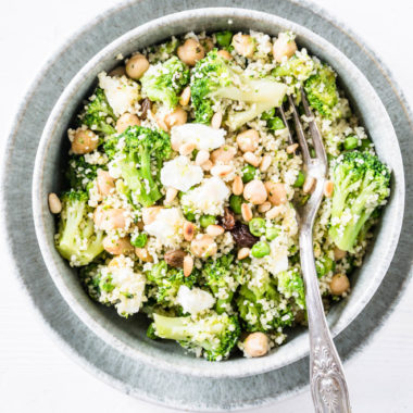 Grüne Couscous-Kichererbsenpfanne mit Feta, Pinienkernen, Brokkoli, Erbsen und Rosinen