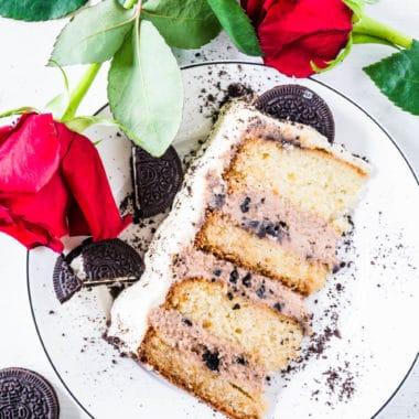 Weiße-Schoko-Nougat-Torte mit Oreo: extrahohe Torte mit flaumigem Schokoladenteig, drei Schichten Nougatcreme auf Sahne-Frischkäse-Basis mit Oreo-Keksen und weißer Schokoladencreme