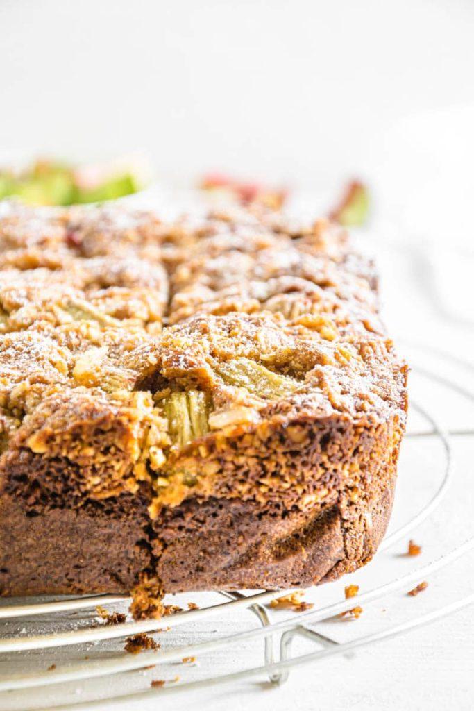3-Korn-Rhabarberkuchen mit Mandelstreuseln