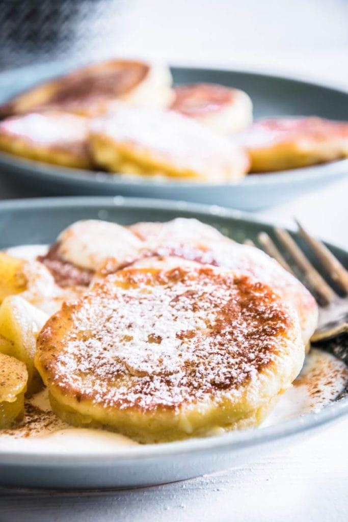 Syrniki – Russische Topfenpfannkuchen (Quarkpfannkuchen) mit Vanillejoghurt und Apfelkompott
