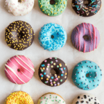 Donuts mit bunten Toppings im Top View