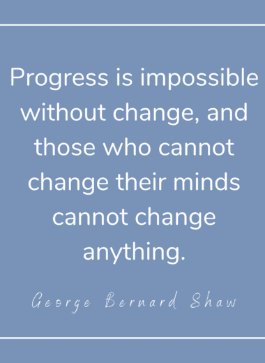 "Zitat von George Bernard Shaw: ""Progress is impossible without change, and those who cannot change their minds cannot change anything."" Zitat auf hellblauem Hintergrund."