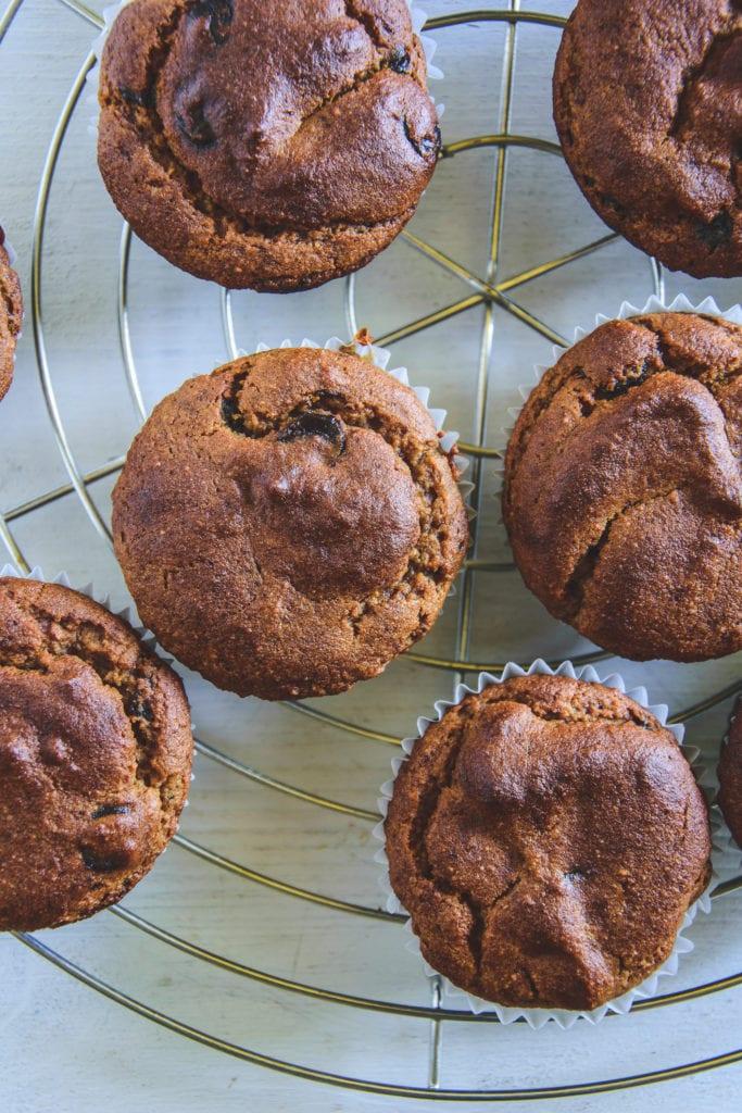 Peanut Chocolate Chip Muffins auf einem silbernen Kuchengitter. Top View.