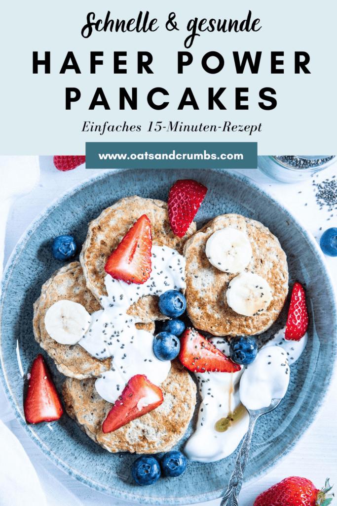 Hafer-Power-Pancakes in einem Bogen auf einem türkisen Teller angerichtet. Getoppt mit Joghurt, Beeren, Bananenscheiben und Chiasamen. Top View.