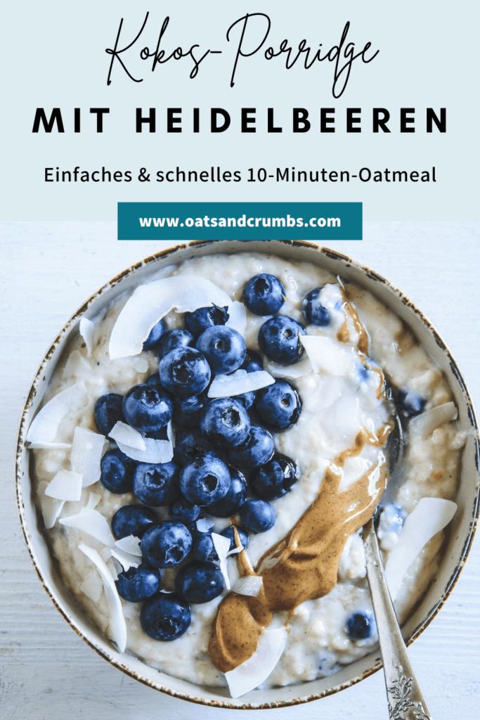 Heidelbeer-Kokos-Porridge in einer Schüssel getoppt mit Heidelbeeren, Mandelmus und Kokoschips. Top View. Löffel im Porridge.