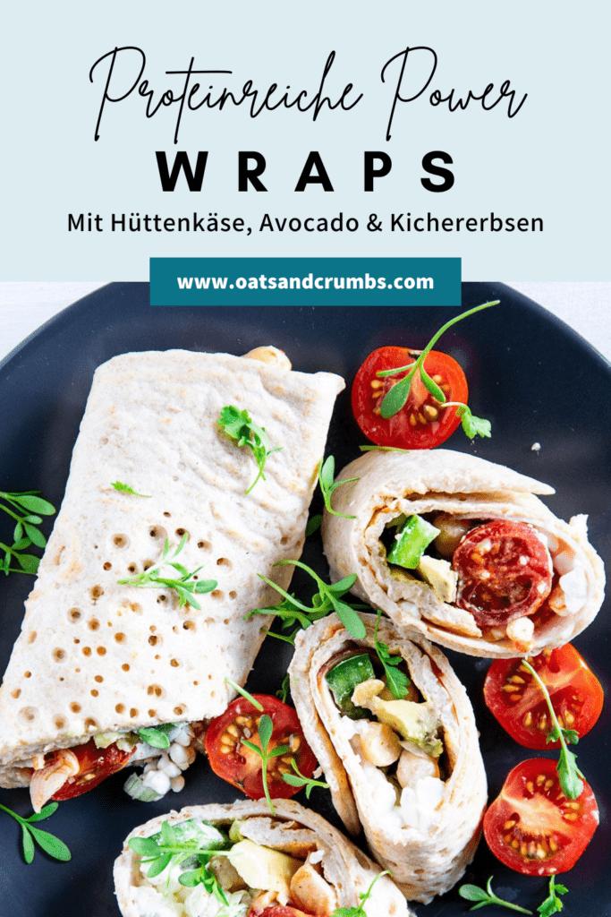 Power Wraps mit Avocado, Hüttenkäse und Kichererbsen, garniert mit Kresse. Aufgeschnitten auf einem schwarzen Teller.