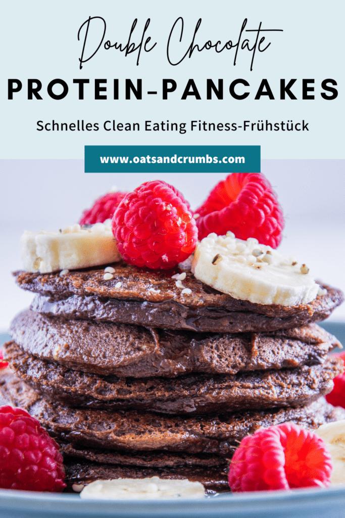 Fudgy Double Chocolate Protein-Pancakes in einer Grafik mit Beschriftung