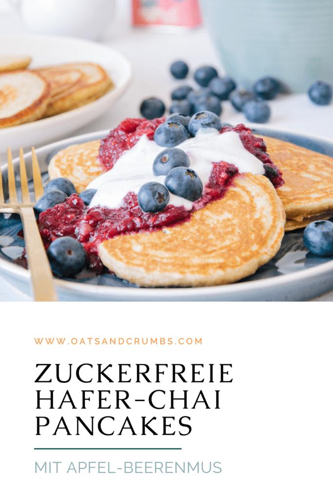 Pinterest-Grafik für Hafer-Chai-Pancakes mit Apfel-Beerenmus und Vanillejoghurt