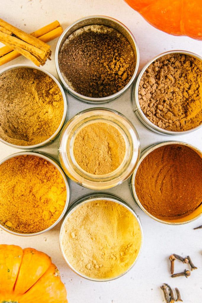 Nahaufnahme von Gewürzen für Pumpkin Spice aus der Vogelperspektive